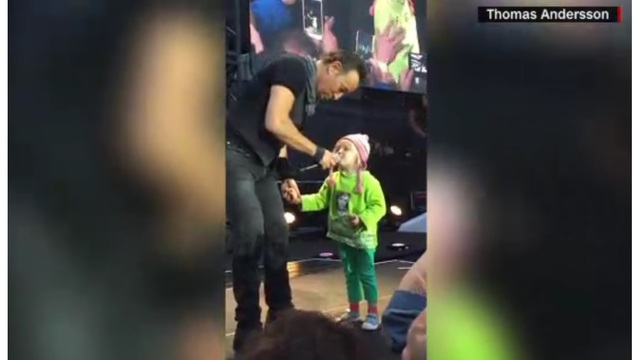 Toddler sings with Bruce Springsteen
